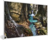 Foto in lijst - Turquoise riviertje in een kloof in het Nationaal park Triglav in Slovenië fotolijst wit 60x40 cm - Poster in lijst (Wanddecoratie woonkamer / slaapkamer)
