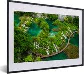 Foto in lijst - Uitzicht op watervallen in het Nationaal park Plitvicemeren in Kroatië fotolijst zwart met witte passe-partout klein 40x30 cm - Poster in lijst (Wanddecoratie woonkamer / slaapkamer)