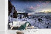 Fotobehang vinyl - Besneeuwde rotsen in het Nationaal park Peak District in Engeland breedte 420 cm x hoogte 280 cm - Foto print op behang (in 7 formaten beschikbaar)