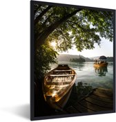 Foto in lijst - Boot op het meer van Bled in Slovenië fotolijst zwart 30x40 cm - Poster in lijst (Wanddecoratie woonkamer / slaapkamer)