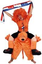 Gedragen door oranje leeuw pak kostuum - alsof zittend op de nek - leeuwenpak EK WK koningsdag Nederland carnaval