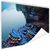Boten in het Pokhara-meer Poster 60x40 cm - Foto print op Poster (wanddecoratie woonkamer / slaapkamer)