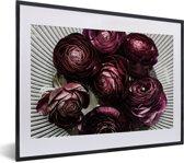 Foto in lijst - Paarse botberbloemen in een witte schaal fotolijst zwart met witte passe-partout klein 40x30 cm - Poster in lijst (Wanddecoratie woonkamer / slaapkamer)