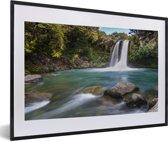 Foto in lijst - Waterval in het Nationaal park Tongariro op North-Island fotolijst zwart met witte passe-partout 60x40 cm - Poster in lijst (Wanddecoratie woonkamer / slaapkamer)