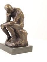 Een bronzen beeld van de denker