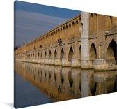 De Iraanse Khaju brug met weerkaatsing in het water in Isfahan Canvas 60x40 cm - Foto print op Canvas schilderij (Wanddecoratie woonkamer / slaapkamer)