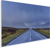Donkere wolken boven een prachtige landweg in Glen Coe Plexiglas 180x120 cm - Foto print op Glas (Plexiglas wanddecoratie) XXL / Groot formaat!