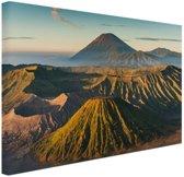 Vulkaan tussen bergen Canvas 60x40 cm - Foto print op Canvas schilderij (Wanddecoratie woonkamer / slaapkamer)