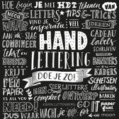Omslag van 'Boek Handlettering doe je zo! + Oefenblok  Papier Wit/recyling Bruin en Zwart A4 + 3 x Pigma Lettering Pennen in een Etui.'