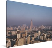 Uitzicht over de stad Pyongyang in Noord-Korea Canvas 180x120 cm - Foto print op Canvas schilderij (Wanddecoratie woonkamer / slaapkamer) XXL / Groot formaat!