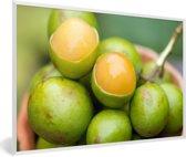 Foto in lijst - De tropische oranje knippa vrucht in een bak fotolijst wit 60x40 cm - Poster in lijst (Wanddecoratie woonkamer / slaapkamer)