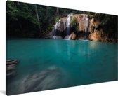 Een grot onder de watervallen in nationaal park Erawan Canvas 80x40 cm - Foto print op Canvas schilderij (Wanddecoratie woonkamer / slaapkamer)