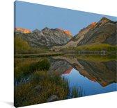 Weerspiegeling van de bergen in een meer in het Nationaal park Sierra Nevada in Californië Canvas 30x20 cm - klein - Foto print op Canvas schilderij (Wanddecoratie woonkamer / slaapkamer)