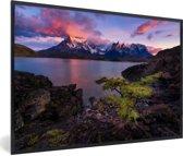 Foto in lijst - Kleurrijke zonsopgang bij het Pehoe meer in Chili fotolijst zwart 60x40 cm - Poster in lijst (Wanddecoratie woonkamer / slaapkamer)