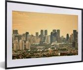 Foto in lijst - Oranje zonsondergang boven Manila fotolijst zwart met witte passe-partout 60x40 cm - Poster in lijst (Wanddecoratie woonkamer / slaapkamer)