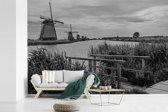 Fotobehang vinyl - Zwart-wit foto van de Molens van Kinderdijk in Nederland breedte 390 cm x hoogte 260 cm - Foto print op behang (in 7 formaten beschikbaar)