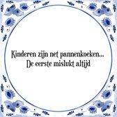 Tegeltje met Spreuk (Tegeltjeswijsheid): Kinderen zijn net pannenkoeken. De eerste mislukt altijd + Kado verpakking & Plakhanger