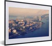 Foto in lijst - De haven en de brug van Sydney in Australië fotolijst zwart met witte passe-partout klein 40x30 cm - Poster in lijst (Wanddecoratie woonkamer / slaapkamer)