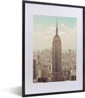 Foto in lijst - Uitzicht op het Empire State Building met een ouderwets thema fotolijst zwart met witte passe-partout klein 30x40 cm - Poster in lijst (Wanddecoratie woonkamer / slaapkamer)
