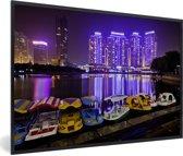 Foto in lijst - Bootjes voor de paarse gebouwen voor Wuhan fotolijst zwart 60x40 cm - Poster in lijst (Wanddecoratie woonkamer / slaapkamer)