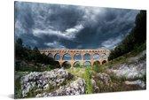 Donkere wolken boven de Pont du Gard in Frankrijk Aluminium 90x60 cm - Foto print op Aluminium (metaal wanddecoratie)