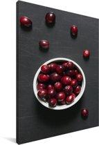 Cranberry's op een donkere tafel Canvas 60x90 cm - Foto print op Canvas schilderij (Wanddecoratie woonkamer / slaapkamer)