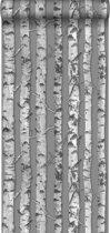 HD vliesbehang berken boomstammen taupe grijs en licht warm grijs - 138892 van ESTAhome.nl