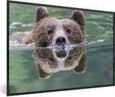 Foto in lijst - Een Grizzlybeer zwemt in het blauwe water fotolijst zwart 60x40 cm - Poster in lijst (Wanddecoratie woonkamer / slaapkamer)