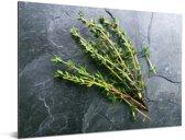 Groene tijm op een waanzinnige stenen tafel Aluminium 80x60 cm - Foto print op Aluminium (metaal wanddecoratie)