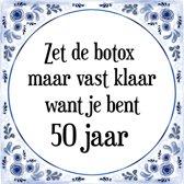 Verjaardag Tegeltje met Spreuk (50 jaar: Zet de botox maar vast klaar, want je bent 50 jaar + cadeau verpakking & plakhanger