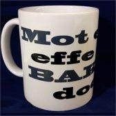 Witte koffiemok met tekst - Mot eerst effe een bakkie doen