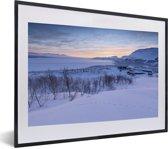 Foto in lijst - Zonsopgang bij het Nationaal park Abisko in Zweden fotolijst zwart met witte passe-partout klein 40x30 cm - Poster in lijst (Wanddecoratie woonkamer / slaapkamer)
