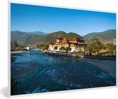 Foto in lijst - Punakha Dzong naast een brede ondiepe rivier in Bhutan fotolijst wit 60x40 cm - Poster in lijst (Wanddecoratie woonkamer / slaapkamer)
