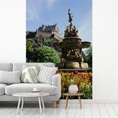 Fotobehang vinyl - De tuin van het Kasteel van Edinburgh in Schotland breedte 270 cm x hoogte 400 cm - Foto print op behang (in 7 formaten beschikbaar)