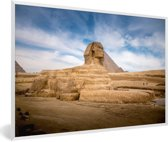 Foto in lijst - De Sfinx van Gizeh die voor de grote piramide van Giza in Egypte ligt fotolijst wit 60x40 cm - Poster in lijst (Wanddecoratie woonkamer / slaapkamer)