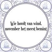 Tegeltje met Spreuk (Tegeltjeswijsheid): Wie houdt van wind, november het meest bemint + Kado verpakking & Plakhanger