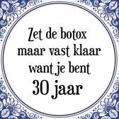 Verjaardag Tegeltje met Spreuk (30 jaar: Zet de botox maar vast klaar, want je bent 30 jaar + cadeau verpakking & plakhanger