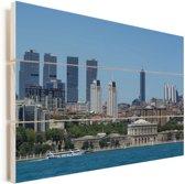 Blauw water en Istanbul op de achtergrond Vurenhout met planken 90x60 cm - Foto print op Hout (Wanddecoratie)