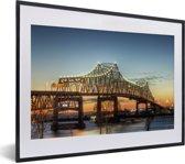Foto in lijst - De brug bij het Amerikaanse Baton Rouge in de schemering fotolijst zwart met witte passe-partout klein 40x30 cm - Poster in lijst (Wanddecoratie woonkamer / slaapkamer)
