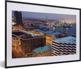 Foto in lijst - Stadslandschap van Norfolk in de Verenigde Staten in de nacht fotolijst zwart met witte passe-partout 60x40 cm - Poster in lijst (Wanddecoratie woonkamer / slaapkamer)