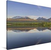 Reflectie van het Nationaal park Abisko in een kalm meer Canvas 160x120 cm - Foto print op Canvas schilderij (Wanddecoratie woonkamer / slaapkamer) XXL / Groot formaat!