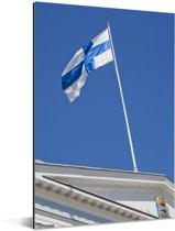 De vlag van Finland op een gebouw Aluminium 80x120 cm - Foto print op Aluminium (metaal wanddecoratie)