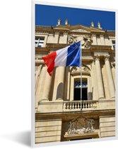 Foto in lijst - De vlag van Frankrijk wappert voor een gebouw fotolijst wit 40x60 cm - Poster in lijst (Wanddecoratie woonkamer / slaapkamer)