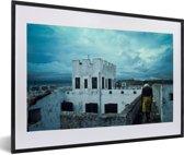Foto in lijst - Een prachtige lucht boven Ghana's slavenforten fotolijst zwart met witte passe-partout 60x40 cm - Poster in lijst (Wanddecoratie woonkamer / slaapkamer)