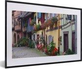 Foto in lijst - Stadsbeeld met potten vol geraniums fotolijst zwart met witte passe-partout 60x40 cm - Poster in lijst (Wanddecoratie woonkamer / slaapkamer)
