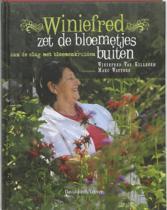 Winiefred zet de bloemetjes buiten