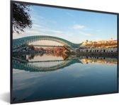 Foto in lijst - De brug is weerspiegelt in een rivier in Georgië fotolijst zwart 40x30 cm - Poster in lijst (Wanddecoratie woonkamer / slaapkamer)