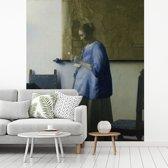 Fotobehang vinyl - Brieflezende vrouw in het blauw - Schilderij van Johannes Vermeer breedte 225 cm x hoogte 270 cm - Foto print op behang (in 7 formaten beschikbaar)