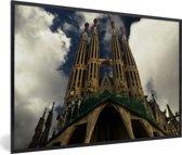 Foto in lijst - Onderaanzicht van de torens van de Sagrada Familia fotolijst zwart 60x40 cm - Poster in lijst (Wanddecoratie woonkamer / slaapkamer)
