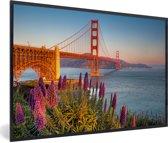 Foto in lijst - Uitzicht op de Golden Gate Bridge met roze bloemen fotolijst zwart 60x40 cm - Poster in lijst (Wanddecoratie woonkamer / slaapkamer)